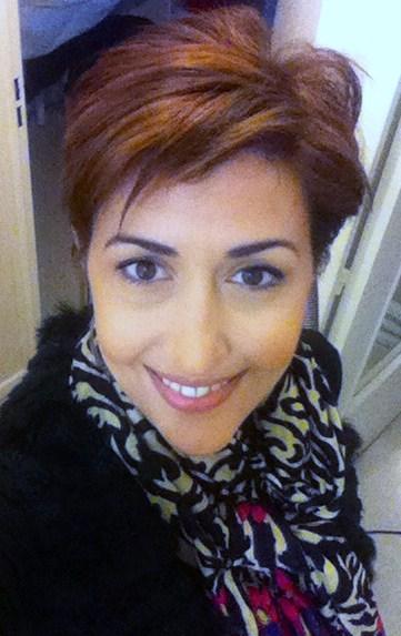 portrait cheveux courts foulard zèbre
